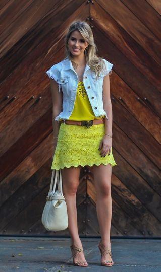 """Foto: Reprodução / <a href=""""http://www.marinacasemiro.com.br/2013/10/look-do-dia-saia-de-guipir-amarela-blusa-detalhe-vazado-destroyed-colete-jeans-cinto-de-elefante/"""" target=""""_blank"""">Mariana Casemiro</a>"""