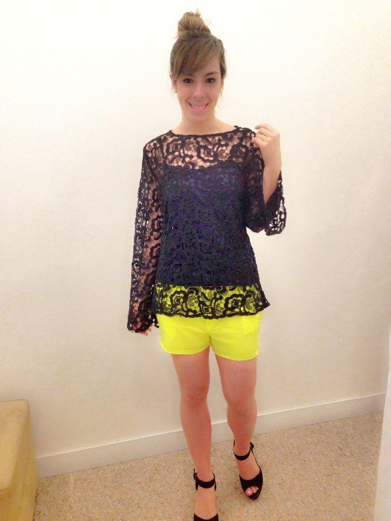 """Foto: Reprodução / <a href=""""http://nataliagabriely.com.br/look-dia-short-amarelo-fluorescente-e-blusa-de-renda-guipir-2/"""" target=""""_blank"""">Natalia Gabriely</a>"""