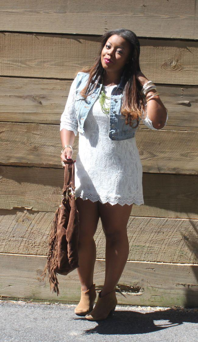 "Foto: Reprodução / <a href=""http://www.najadiamond.com/2012/09/fall-transitions-white-lace-dress.html"" target=""_blank"">Naja Diamond</a>"