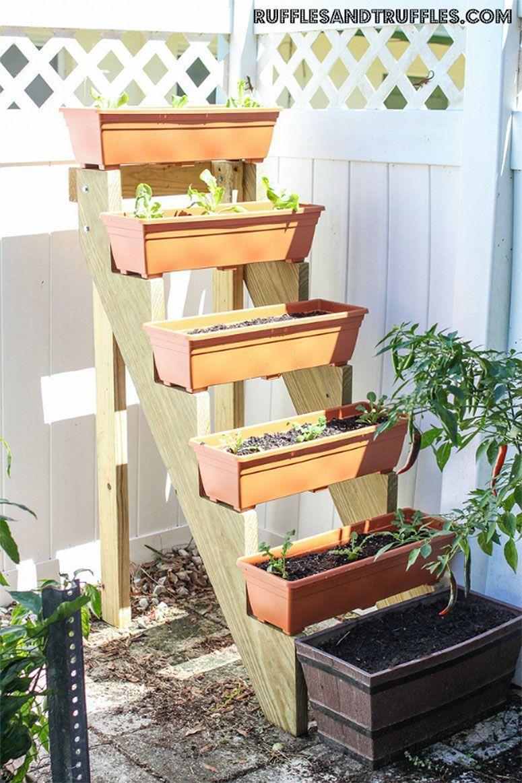 "Foto: Reprodução / <a href=""http://rufflesandtruffles.com/2013/10/diy-vertical-planter-garden/"" target=""_blank"">Ruffles And Truffles</a>"