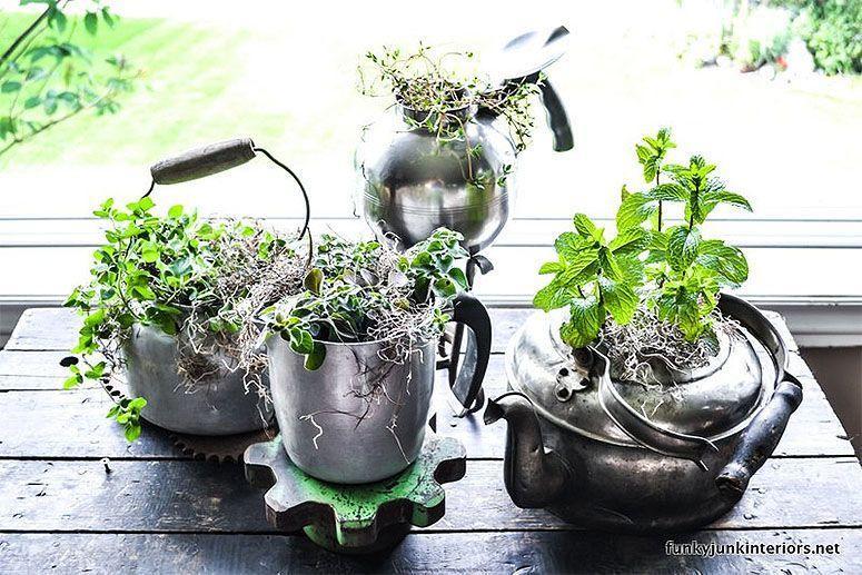 "Foto: Reprodução / <a href=""http://www.funkyjunkinteriors.net/2012/06/herb-garden-old-kettle-style.html"" target=""_blank"">Funky Junk Interiors</a>"