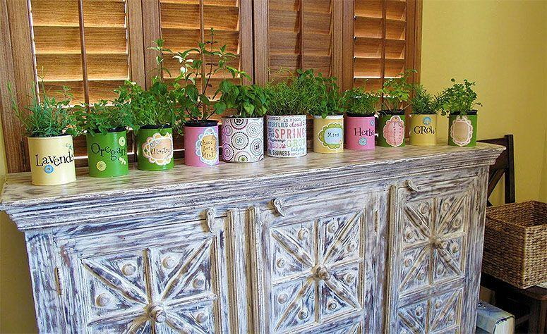 "Foto: Reprodução / <a href=""http://www.simplyhealthyfamily.org/2010/06/recycled-indoor-herb-garden.html"" target=""_blank"">Simply Healthy Family</a>"