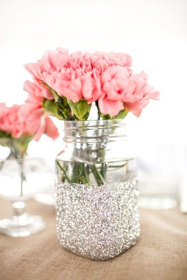 "Foto: Reprodução / <a href=""http://sarahy.loveitsomuch.com/stores/2014-diy-glitter-mason-jar-with-pink-flowers-and-silvery-decor-christmas-gift-flower-vase-1416192444,1288403.html/183291"" target=""_blank"">Love it so much</a>"