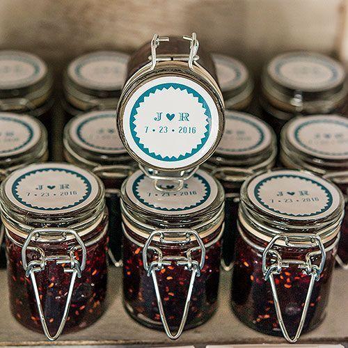 "Potes personalizados com compota de fruta Foto: Reprodução / <a href=""https://weddingshop.theknot.com/product/personalized-mini-glass-bottle-with-wire-snap"" target=""_blank"">Wedding Shop</a>"