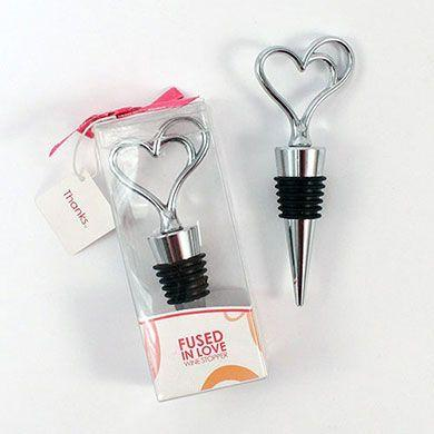 "Rolha para vinho Foto: Reprodução / <a href=""https://weddingshop.theknot.com/product/fused-in-love-double-heart-wine-stopper-in-gift-packaging"" target=""_blank"">Wedding Shop</a>"