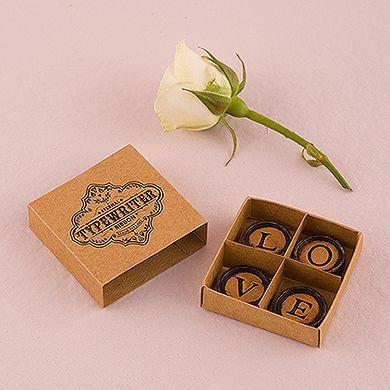 Box with magnets forming the word love Photo: Playback / Wedding Shop