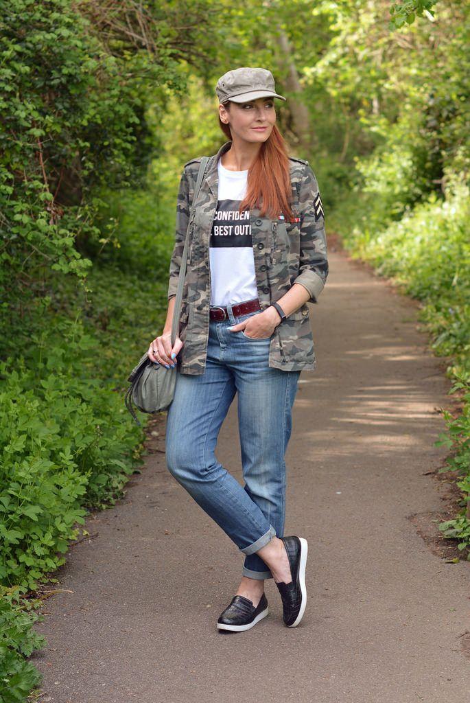 "Foto: Reprodução / <a href=""http://www.notdressedaslamb.com/2015/05/how-to-style-camo-jacket-with-boyfriend-jeans-slogan-t-shirt.html"" target=""_blank"">Not Dressed As Lamb</a>"