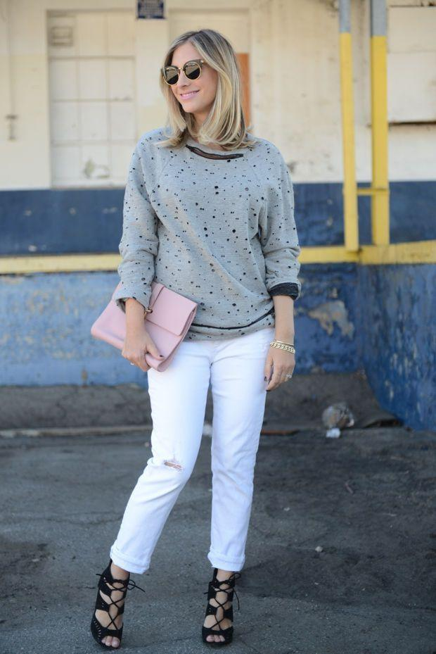 "Foto: Reprodução / <a href=""http://cupcakesandcashmere.com/fashion/ripped-sweatshirt-white-jeans"" target=""_blank"">Cupcakes and Cashmere</a>"