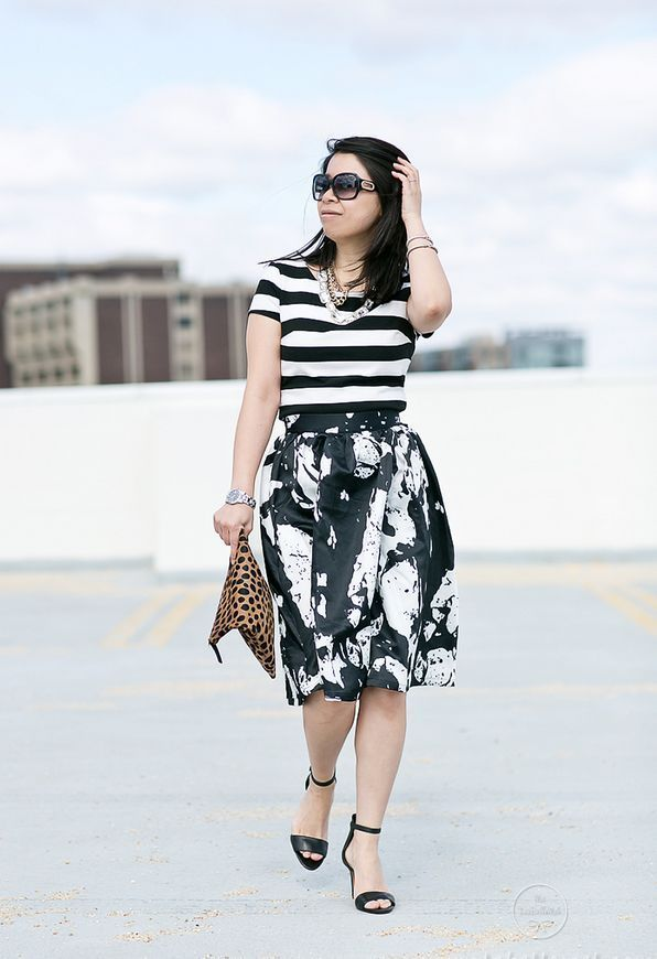 "Foto: Reprodução / <a href=""http://labellemel.com/2015/03/mixed-prints-black-white-striped-top-abstract-print-skirt/"" target=""_blank"">La Belle Mel</a>"