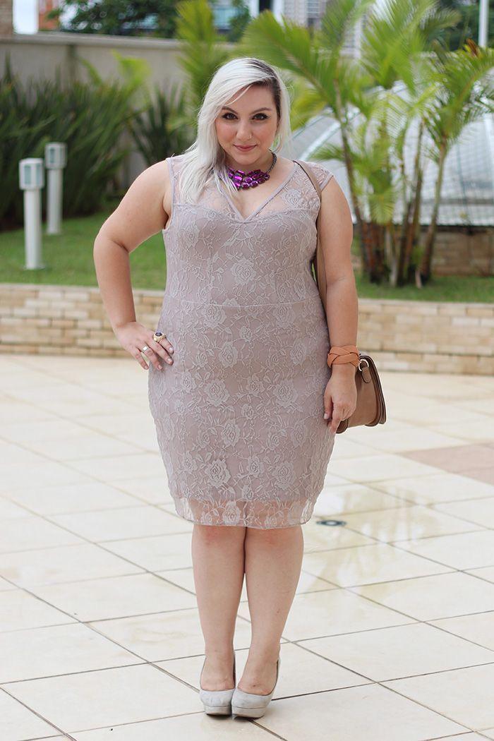 "Foto: Reprodução / <a href=""http://juromano.com/looks/vestido-nude-plus-size-pode"" target=""_blank"">Ju Romano</a>"