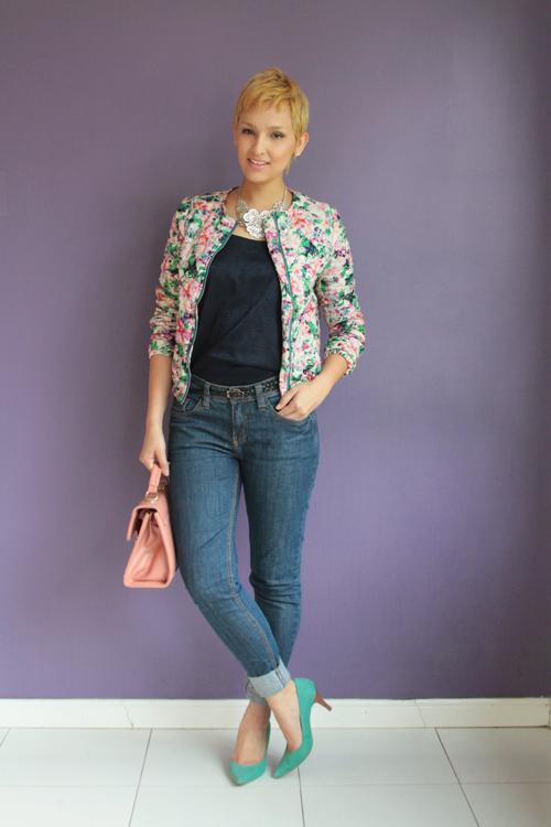 """Foto: Reprodução / <a href=""""http://www.derepentetamy.com/2013/12/10/look-dia-jeans-e-jaqueta-estampada/"""" target=""""_blank"""">De Repente Tamy</a>"""