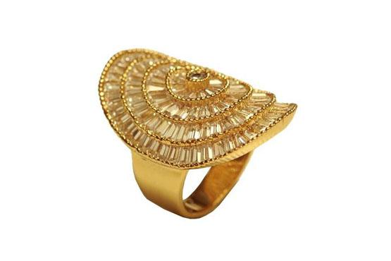 <p>Anel grande dourado - Morana por R$199.</p>