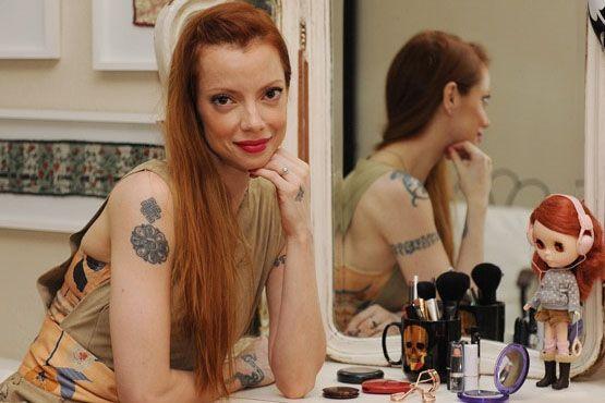 Julia em seu espaço onde grava seus vídeos com dicas de beleza.