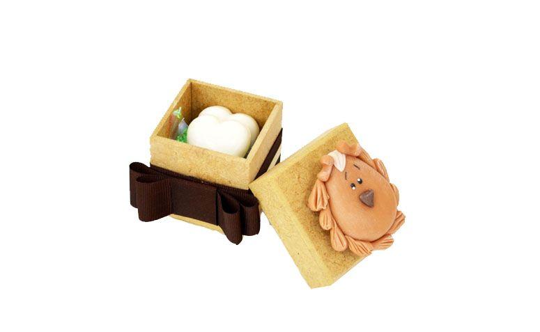 """Caixa com sabonete por R$6,90 na <a href=""""http://www.vemfestejar.com/p/45622/lembrancinha+de+maternidade+e+cha+de+bebe+-+caixa+decorada+leao+com+sabonete"""" target=""""blank_"""">Vem Festejar</a>"""