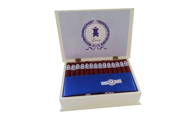 """Charutos de chocolate (60 unidades) + caixa por R$239,00 na <a href=""""http://www.elo7.com.br/0-charutos-chocolate-caixa-premium/dp/468B1C#nd=1&df=d&uso=o&pso=up&osbt=b-o&srq=0&sv=0"""" target=""""blank_"""">Elo7</a>"""