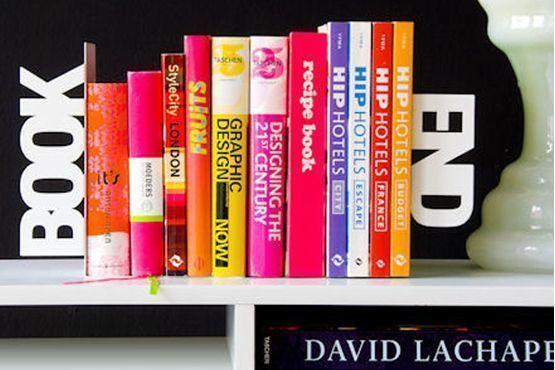 Para manter os livros organizados e complementar a decoração