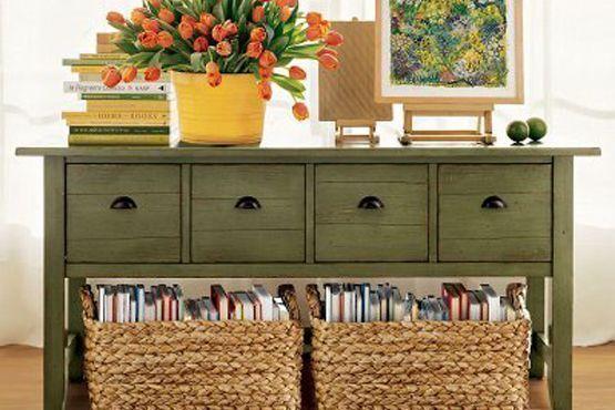 Combinação de livros e caixas organizadoras na decoração