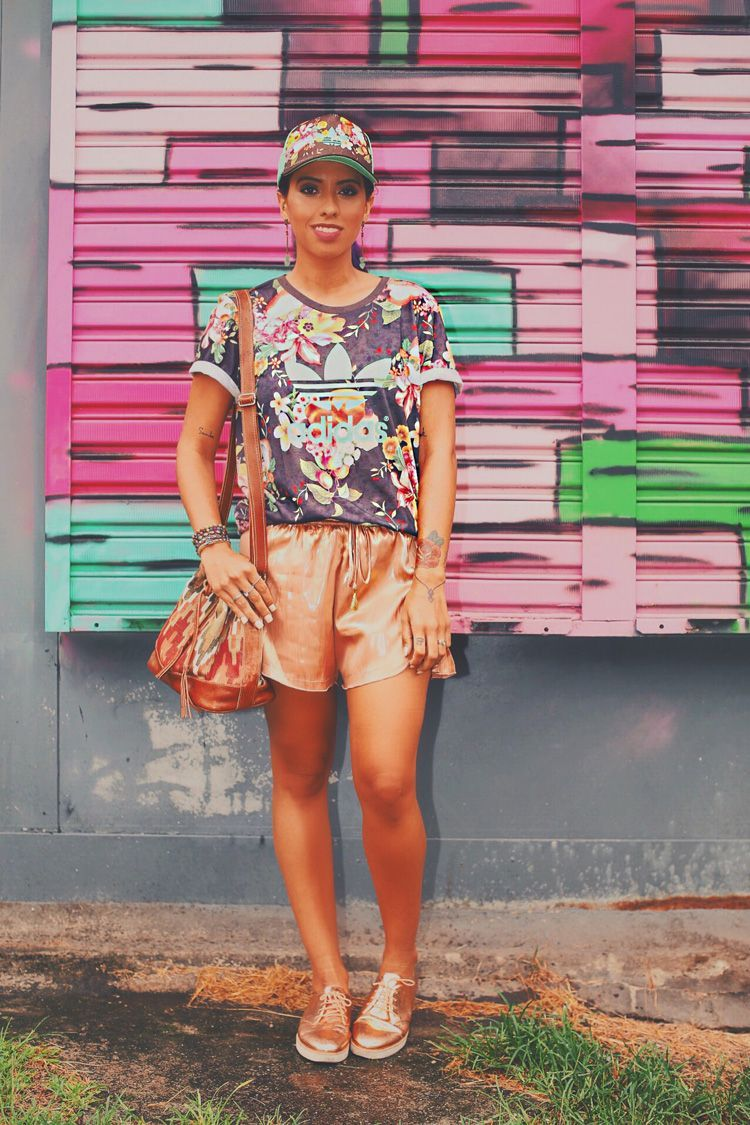 """Foto: Reprodução / <a href=""""http://modices.com.br/moda/look-dia-floral-e-metalizado/"""" target=""""_blank"""">Modices</a>"""