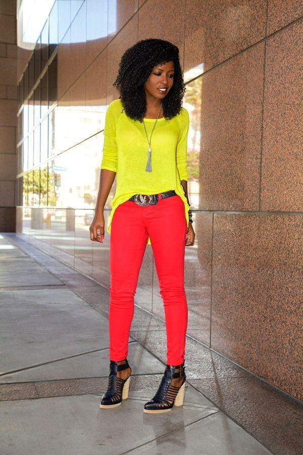 "Foto: Reprodução / <a href=""http://stylepantry.com/2013/03/19/neon-yellow-sweater-red-skinnies/"" target=""_blank"">Style Pantry</a>"