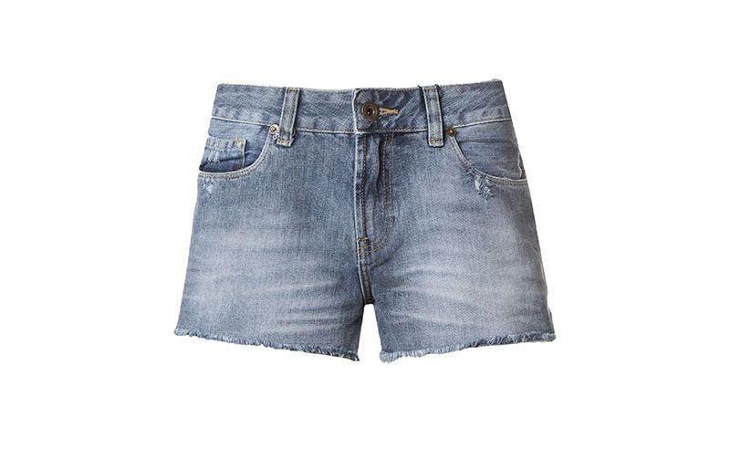 """Shorts jeans Canal por R$129,50 na <a href=""""http://www.farfetch.com/br/shopping/women/canal-shorts-azul-jeans-item-10718826.aspx?storeid=9604&ffref=lp_44_"""" target=""""blank_"""">Farfetch</a>"""