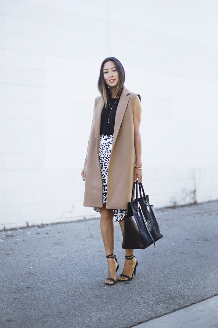 """Foto: Reprodução / <a href=""""http://www.songofstyle.com/2014/11/camel-coat-and-leopard-skirt.html"""" target=""""_blank"""">Song of Style</a>"""