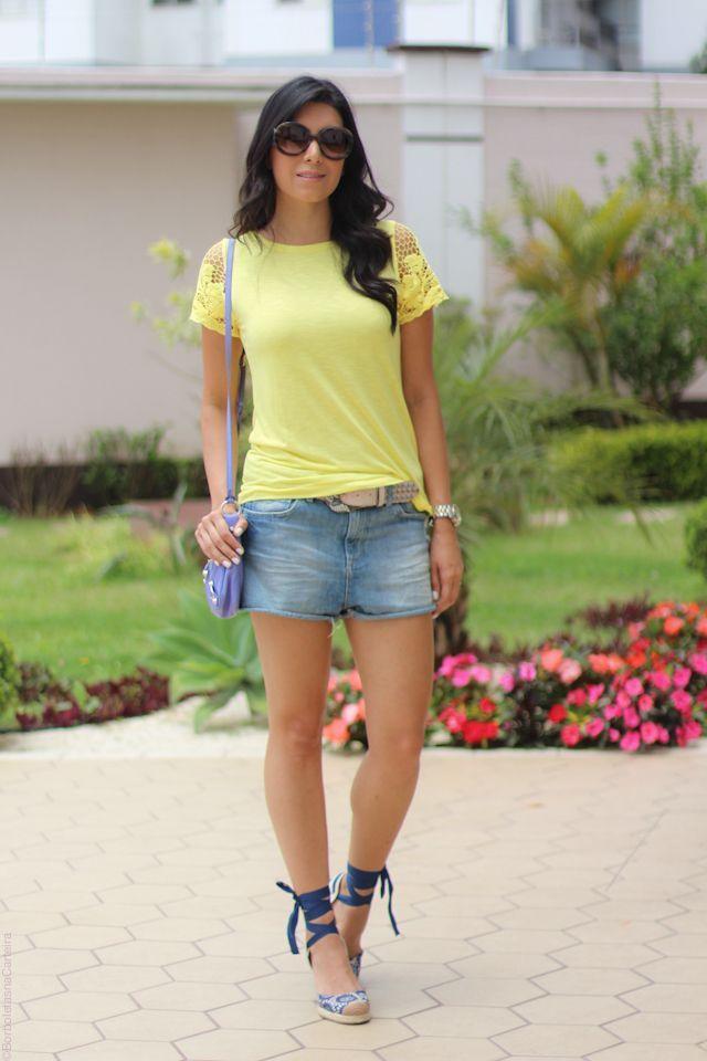 """Foto: Reprodução / <a href="""" http://www.borboletasnacarteira.com.br/look/look-short-jeans-camiseta-colorida/"""" target=""""_blank"""">Borboletas na Carteira</a>"""