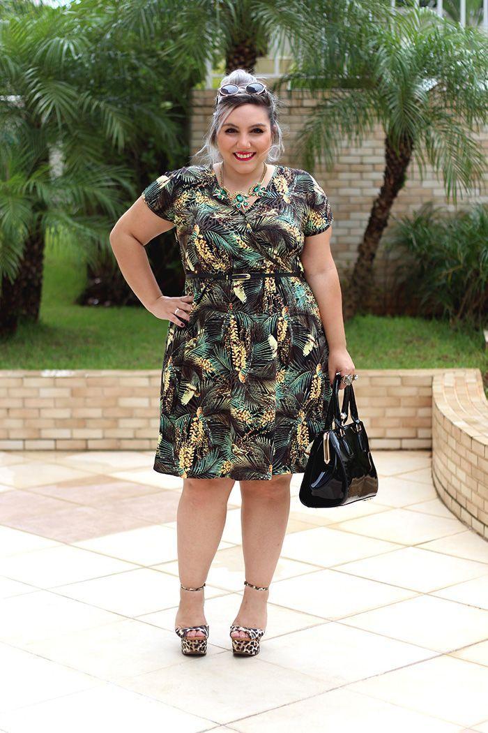"""Foto: Reprodução / <a href=""""http://juromano.com/looks/vestido-plus-size-com-estampa-tropical-quimono"""" target=""""_blank"""">Ju Romano</a>"""