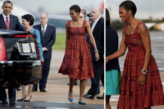 Ao desembarcar em Brasília, a primeira dama norte-americana usava um vestido vermelho estampado de alças grossas