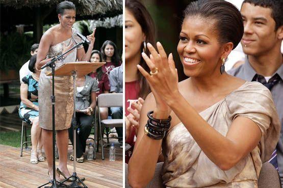 Mais tarde, Michelle dispensou o blazer e revelou o charmoso decote de um ombro só do vestido