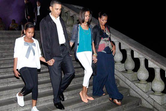 Acompanhada da família, Michelle visitou o monumento no Morro do Corcovado usando um look despojado com calça comprida