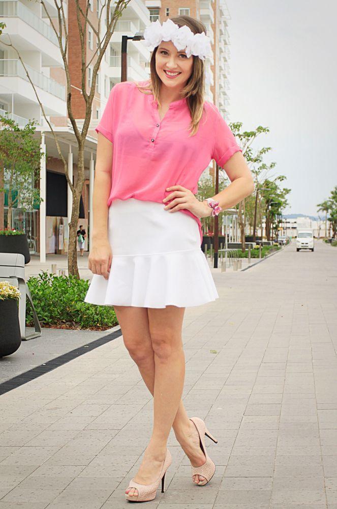 """Foto: Reprodução / <a href=""""http://www.danigarlet.com.br/2014/03/look-branco-e-pink-com-tiara-de-flores/"""" target=""""_blank"""">Dani Garlet</a>"""