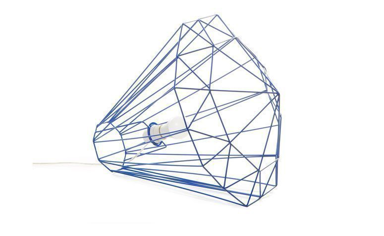 """Luminária de piso diamante por R$ 419,00 na <a href=""""http://ad.zanox.com/ppc/?29470443C69044588&ULP=[[http://www.oppa.com.br/luminaria-de-piso-diamante-tam-g-azul?utm_source=zanox&utm_medium=afiliados&utm_campaign=deeplink]]"""" rel=""""nofollow"""" target=""""_blank"""">Oppa</a>"""