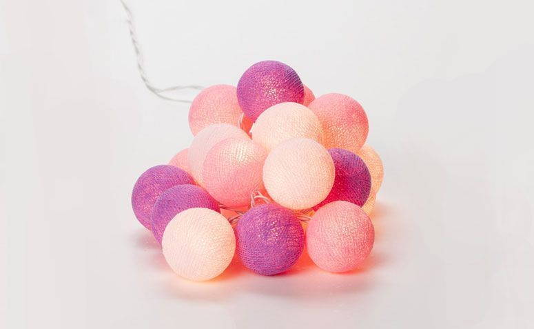 """Luminária bolas rosas por R$ 110,00 na <a href=""""http://www.collector55.com.br/ser-c-20-luminarias-bolas-rosas-220v/p"""" target=""""_blank"""">Collector 55</a>"""