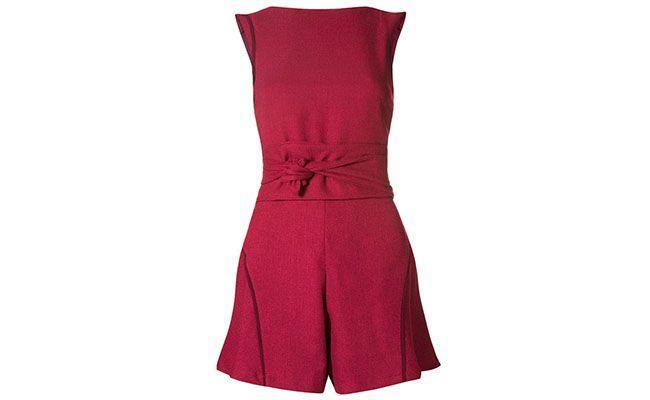 "Macaquinho ByNV por R$570 na <a href=""http://www.farfetch.com/br/shopping/women/bynv-macaquinho-vinho-item-10718573.aspx?storeid=9407&ffref=lp_7_"" target=""blank_"">Farfetch</a>"