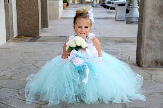 "Foto: Reprodução / <a href=""https://www.etsy.com/listing/91915066/tiffany-blue-flower-girl-dress-any-size"" target=""_blank"">Etsy</a>"