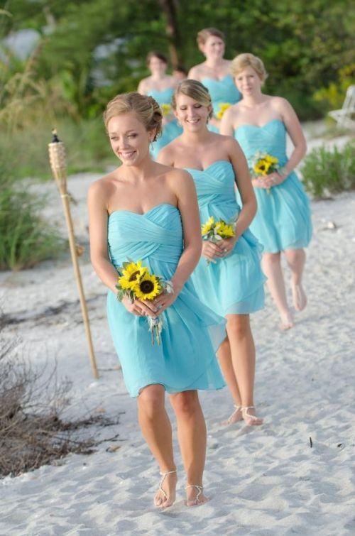 """Foto: Reprodução / <a href=""""http://muchpics.com/short-chiffon-tiffany-blue-bridesmaid-dresses-with-a-sweetheart-neckline-and-sunflower-bouquet-also-loving-those-beaded-sandals/"""" target=""""_blank"""">MuchPics</a>"""