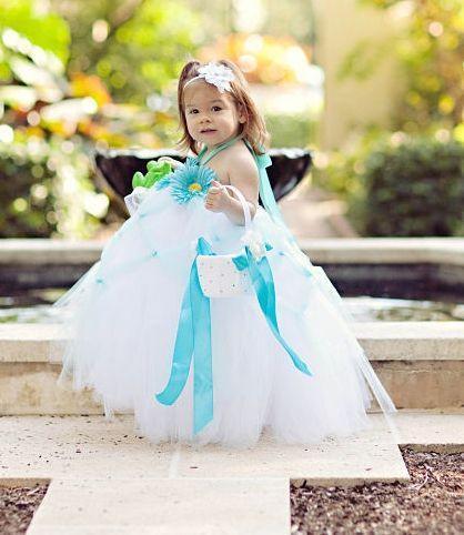 """Foto: Reprodução / <a href=""""http://annemoireflowergirldresses.com/item_33/Custom-Tiffany-Blue-and-White-Halter-Tutu-Dress.htm"""" target=""""_blank"""">Anne Moire</a>"""