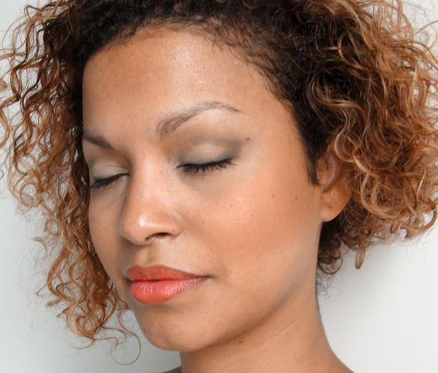 """Foto: Reprodução / <a href=""""http://cinthyarachel.com/2011/10/07/make-de-sexta-elegante-e-neutro/"""" target=""""_blank"""">Cinthya Rachel</a>"""