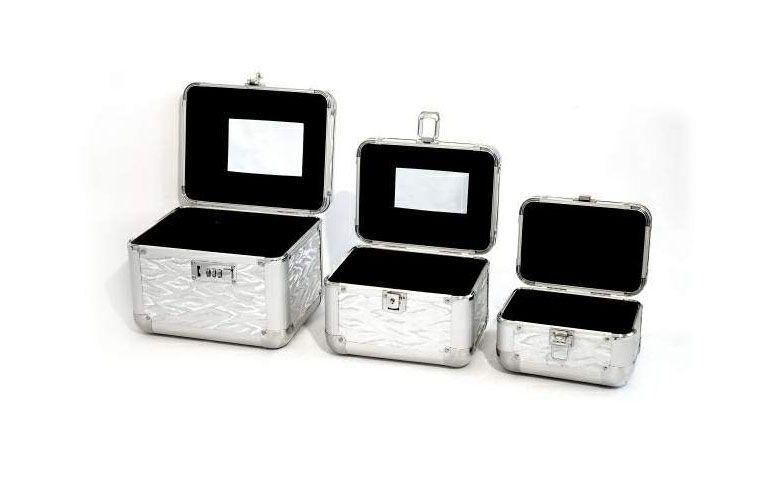 """Maletas a partir de R$91,71 na <a href=""""http://www.valerycosmeticos.com.br/produtos-para-maquiagem/maletas-para-maquiagem/maleta-para-viagem-maquiagem-e-manicure-sk001-importada"""" target=""""_blank"""">Valery Cosméticos</a>"""