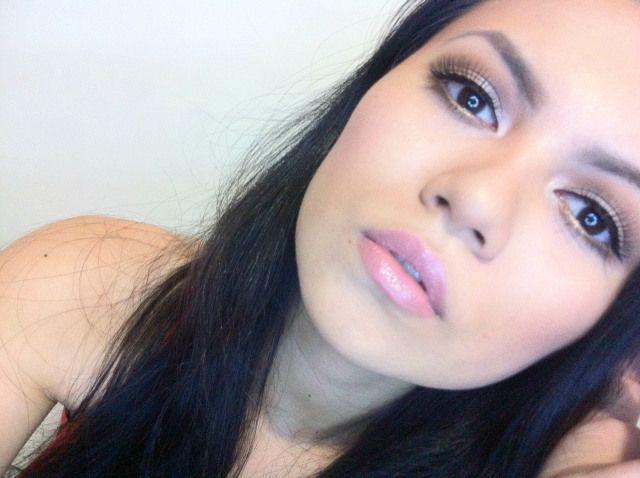 """Foto: Reprodução / <a href=""""https://makemediva.wordpress.com/2014/12/15/especial-1-ano-just-glamour-grwm-maquiagem-iluminada/"""" target=""""_blank"""">Make me Diva</a>"""