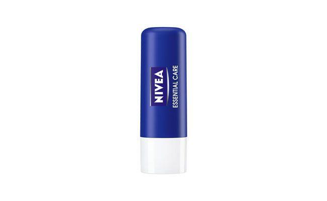 """Lip Care Nivea Proteção Prolongada para Lábios Ressecados Essential 4 por R$8,49 na <a href=""""http://www.onofre.com.br/lip-care-nivea-protecao-prolongada-para-labios-ressecados-essential-4/26412/05"""" target=""""_blank"""">Onofre</a>"""