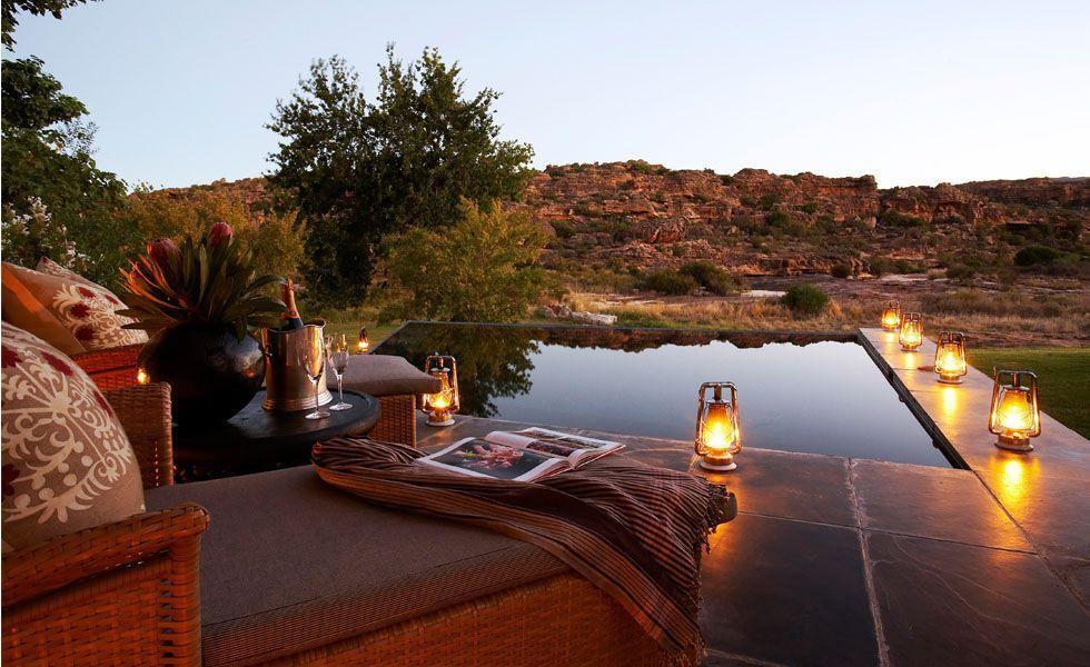 <p> A <strong>África do Sul</strong> é hoje um dos destinos turísticos mais procurados devido a grande variedade de programas que o lugar oferece. É muito indicado para os casais que desejam fazer uma viagem aventureira e ao mesmo tempo aproveitar para descansar nas praias ou fazer compras. Para o planejamento da lua-de-mel na África do Sul, você pode começar escolhendo um dos diversos lodges localizados na principal área do <strong>Kruger National Park</strong>, o maior parque nacional da África do Sul. Durante o dia, desfrute belas paisagens naturais, faça um safári exploratório e também aproveite para relaxar nas piscinas abertas com vista para a natureza. Durante a noite aproveite para jantar à luz de velas com o seu amado.</p> <p> Para quem deseja aproveitar um dia de praia, Durban é o lugar mais indicado. Aproveitem para curtir um dia de sol nas belíssimas praias do lugar. Para terminar a viagem reserve um dia para fazer excelentes compras na Cidade do Cabo e desfrute dos pratos típicos africanos nos diversos restaurantes e cafés da cidade.</p>