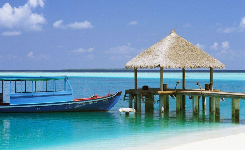 <p>Se você procura um destino paradisíaco para descansar durante a sua <strong>lua de mel</strong>, <strong>Aruba</strong> é a escolha perfeita. O lugar é composto por faixas de areia branca e um imenso mar azul cristalino localizado no sul do Caribe. Uma das vantagens de Aruba é a localização, pois se encontra fora da rota dos furacões, portanto você pode planejar a sua viagem tranquilamente em todas as épocas do ano.  É mais vantajoso escolher uma época fora da alta temporada - de dezembro a abril - onde os preços são mais acessíveis.</p> <p> O lugar é composto por uma programação que atende todos os gostos. Para o dia aproveite os passeios de barco, submarino e 4x4. Durante a noite desfrute de um jantar  à dois em um dos diversos restaurantes do local, e não deixe de passear pelo centrinho da capital que tem uma arquitetura linda, com um pequeno comércio para fazer algumas compras. Termine sua noite se divertindo em dos cassinos na cidade. </p>