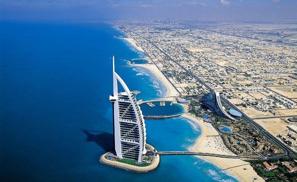 <p>Um dos sete emirados e a cidade mais populosa dos Emirados Árabes Unidos, <strong>Dubai</strong> é um dos mais concorridos destinos turísticos do Oriente Médio. A modernidade vem à tona com muito luxo, exuberância e arquitetura futurista. Brilhantes arranha-céus, inclusive o prédio mais alto do mundo, além do maior shopping do mundo, com grifes internacionais entre outras atrações. Tudo isso ao lado de muita  tradição, história e cultura.</p> <p>Um dos principais pontos turísticos da cidade é o Creek Side Park, um jardim botânico que une uma visão única da natureza aliada à tecnologia. Quem visita a cidade também não pode deixar de conhecer e fotografar de perto o Burj Al Arab, o hotel mais alto do mundo com 321 metros de altura. Para quem adora fazer compras, o Burjuman é uma ótima opção pois é onde se concentram a maioria das marcas internacionais. </p> <p>Desfrute das comidas típicas asiáticas em um dos mais nobres e conceituados restaurantes do lugar, o Ashiana. E para quem prefere frutos do mar, vale a pena aproveitar uma noite para jantar no Pierchic. </p>