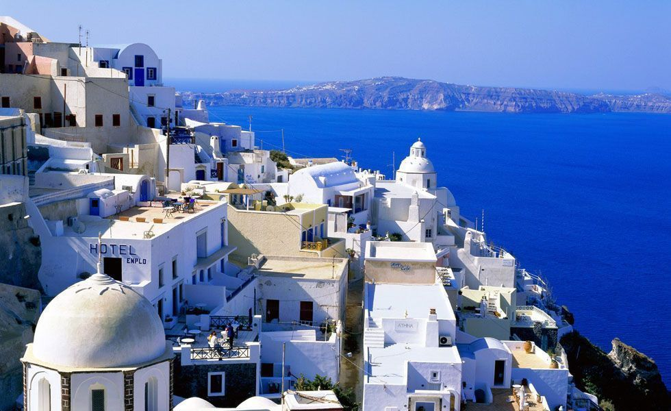 <p>A <strong>Grécia</strong> é um dos países de maior riqueza histórica e cultural do mundo. Conhecido como berço da civilização, a Grécia antiga deixou para a humanidade uma infinidade de palácios, templos, monumentos, teatros entre outras construções. A cultura da região somada a beleza natural das ilhas e da Grécia continental tornam o lugar incrível. A Grécia é indicada para os recém-casados que desejam fazer uma viagem com conteúdo e paisagens incríveis.</p> <p> A melhor época para ir à Grécia é de junho a agosto, pois o clima é mais quente e com pouco vento. Entre as diversas ilhas gregas a mais famosa é a Mikonos localizada no arquipélago das Cíclades. As construções – predominantemente de cor branca - são todas em cima de morros e a vista é de tirar o folego de qualquer pessoa. Os barcos e cruzeiros são excelentes opções de meios de transporte para conhecer as outras ilhas.</p> <p> As igrejas também são marcas registradas do povo grego. Vale a pena tirar um dia para visitar e conhecer a cultura religiosa da civilização grega. Para festas e baladas Atenas é o melhor lugar tanto durante o dia como  à noite. A culinária grega também é imperdível: tipicamente mediterrânea com temperos que dão um toque especial para cada prato. Não deixe de saborear. </p>
