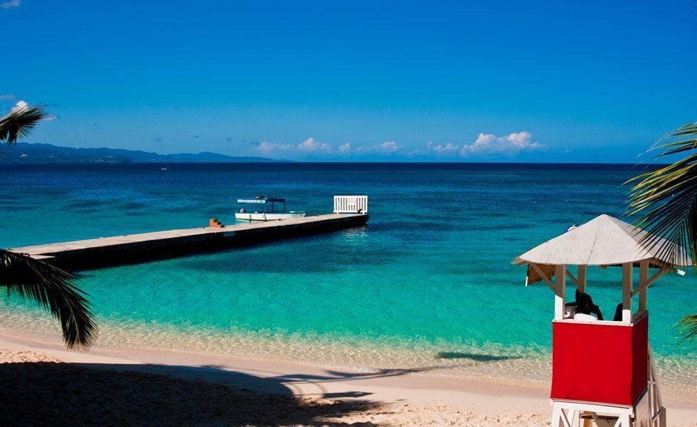 <p> Uma lua-de-mel na <strong>Jamaica</strong> promete deixar qualquer casal recém-casado satisfeito. O destino é famoso por suas belas praias de águas cristalinas e areias brancas, além de uma cultura muito rica. A música e a culinária jamaicana agradam a maioria dos brasileiros, porém é necessário um cuidado especial com a pimenta, tempero típico do lugar. Kingston, Negril, Ocho Rios e Montego Bay são as principais cidades da ilha e possuem atrações e histórias únicas, assim como os resorts e as praias que as cercam.</p>  <p>Uma das vantagens da ilha é que ela fica a apenas uma hora e meia de Miami, portanto é bem fácil chegar até o local. Para as compras escolha a feira de Ocho Rios, uma espécie de shopping dutyfree com uma arquitetura que lembra uma réplica do Taj Mahal. Evite marcar sua viagem entre os meses de agosto a novembro, pois nessa época aumentam os riscos de furacões.</p>