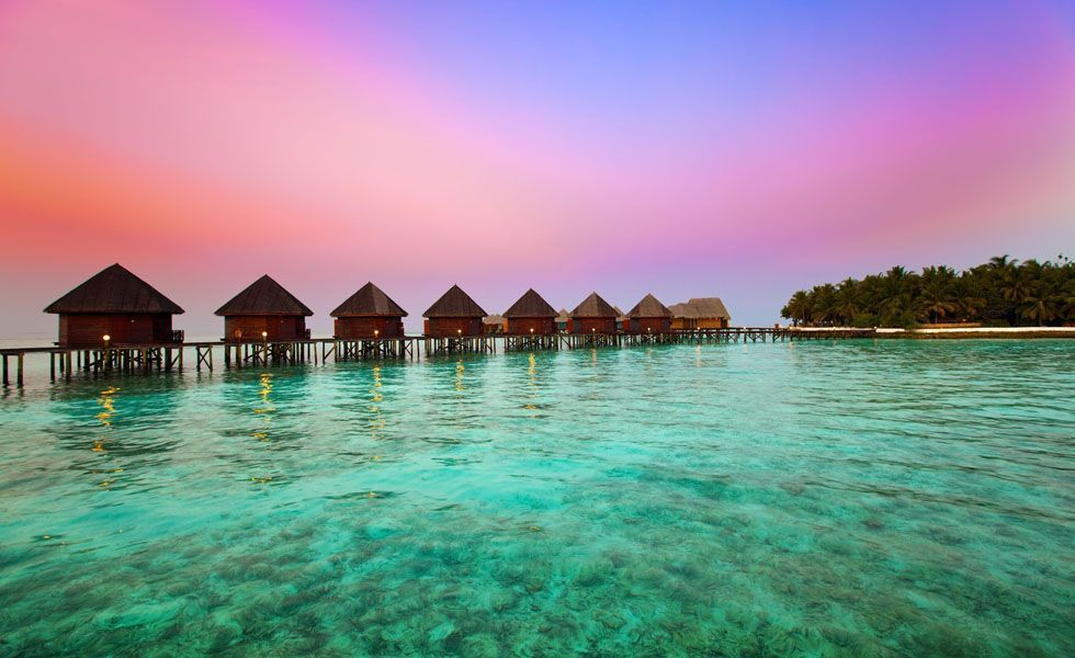 <p>As <strong>Ilhas Maldivas</strong> são um paraíso. O destino é famoso por suas imensas ilhas rodeadas por um mar cristalino de cor azul turquesa e praias de areia branca. Por ser um lugar isolado o transporte é um pouco mais difícil. A melhor época do ano para visitar as Ilhas Maldivas é de dezembro a abril, onde a probabilidade de chuvas é menor.</p> <p> Para aproveitar a sua viagem com segurança verifique se todas as vacinas estão em dia e se proteja com muito filtro solar e chapéu. Dentre os atrativos locais, são oferecidos vários cursos de mergulho para turistas, onde é possível ver a imensa diversidade natural. Para compras e programas noturnos, visite a capital Malé e aproveite para conhecer a cultura e costumes da população que vive nas ilhas. </p>