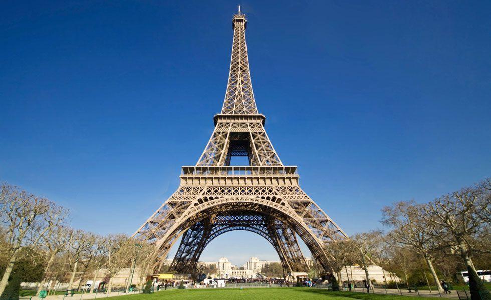 """<p>A capital da França é considerada uma das cidades mais charmosas do mundo, e não é por acaso que ela ocupa esse posto. Para os recém-casados, Paris é uma opção de viagem que une o lazer, a cultura e o romantismo. Durante um passeio em Paris, o turista mergulha na história e nas conquistas de Napoleão, inclusive gravadas no Arco do Triunfo, um dos cartões postais da """"cidade da luz"""". A Torre Eiffel contrasta com a Catedral de Notre Dame, símbolo de fé e religiosidade.</p> <p> A cultura e a história da cidade podem ser vistas também no Museu Rodin e no Louvre. A parte gastronômica da França é igualmente enorme. Visite o bistrô histórico Cremeriè Restaurant Polidor e desfrute do melhor da culinária francesa em um lugar aconchegante e romântico.</p> <p> Para comprar a Galeries Lafayette – famosa loja de departamento francesa – é uma excelente opção. Lá você encontra produtos de beleza, roupas e acessórios.</p> <p> A melhor época para viajar para Paris é entre os meses de julho a outubro, onde o clima é agradável. Nas férias de final de ano você corre o risco de não aproveitar tudo que a cidade tem a oferecer devido às baixas temperaturas. </p>"""