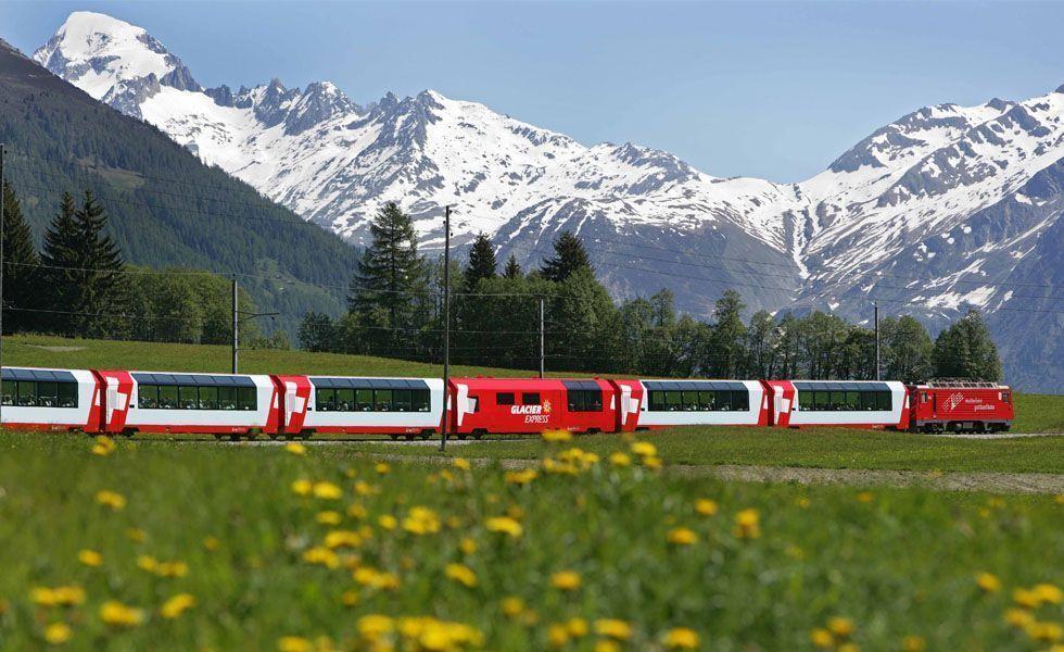<p>A <strong>Suíça</strong> se destaca pelos seus famosos Alpes e lagos belíssimos. Esta combinação de montanhas e águas azuis produz algumas das paisagens mais fenomenais do mundo. A Suíça é um dos destinos mais procurados pelos recém-casados que preferem as montanhas e o frio para aproveitar a lua-de-mel. A melhor época para desfrutar da neve vai de dezembro a março.</p> <p> Um passeio às cidades de Zurique, Lugano, Genebra, Interlaken, a cidade alpina de St. Moritz, além do passeio de trem no Glacier Express, estão entre os principais programas para os recém-casados na Suíça. Aproveite a noite para um jantar romântico e não deixe de provar os chocolates suíços. Apesar de não ser tão barato, as cidades na Suíça dispõem de ótimos centros para fazer compras. </p>