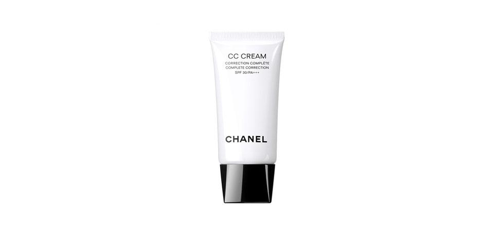<p>O <strong>CC cream</strong> da Chanel (US$91) – também conhecido como complete correction cream - é a mais recente inovação que promete uma cobertura ainda mais completa que a do BB cream, dispensando assim o uso da base para finalizar a preparação da pele. O produto é uma junção do primer, hidratante, protetor solar e base de alta cobertura. A vantagem é que você economiza tempo e dinheiro com o CC cream 4 em 1.</p>